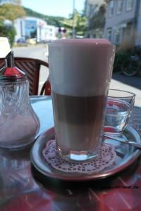 Hier sieht man einen Latte Macchiato im normalen Glas