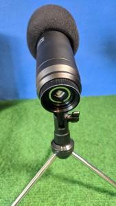 Das Mikrofon im Standfuss eingeschraubt